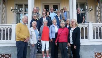 Deltakerne på sommerekskursjonen samlet på trappa til Store Solum gård.
